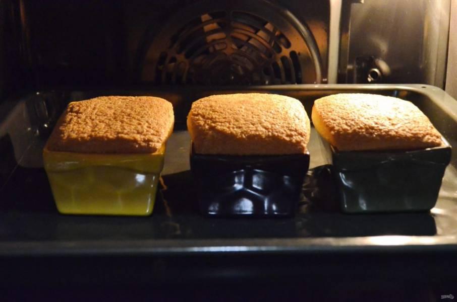 9. Выпекайте манники в горячей духовке (160 градусов) 30 минут.