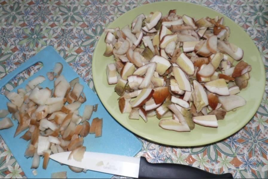 Порежьте грибы кусочками, залейте горячей водой на полчаса. Затем процеживаем жидкость через марлю, после чего доводим до кипения, кладем грибы и варим 15 минут, добавив лавровый лист.