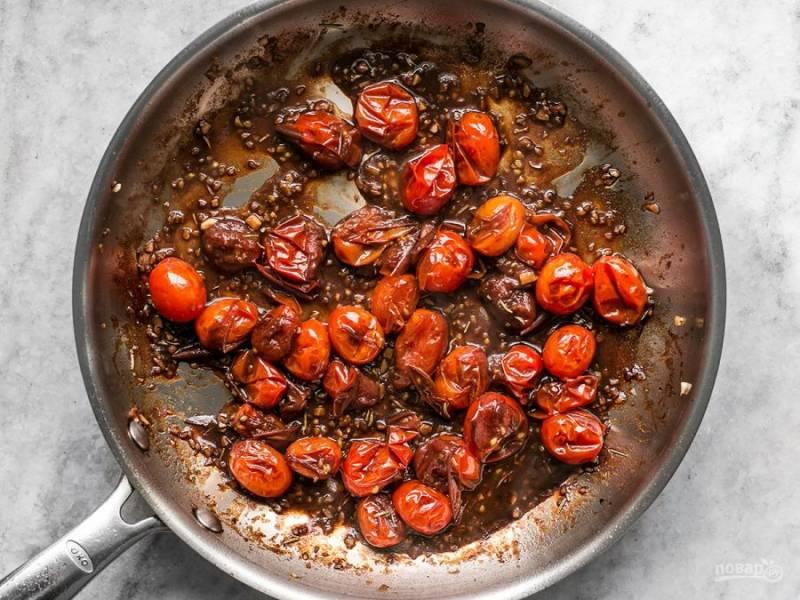 3.Влейте бальзамический уксус, добавьте розмарин. Уменьшите огонь и добавьте щепотку соли, сливочное масло и растопите его.