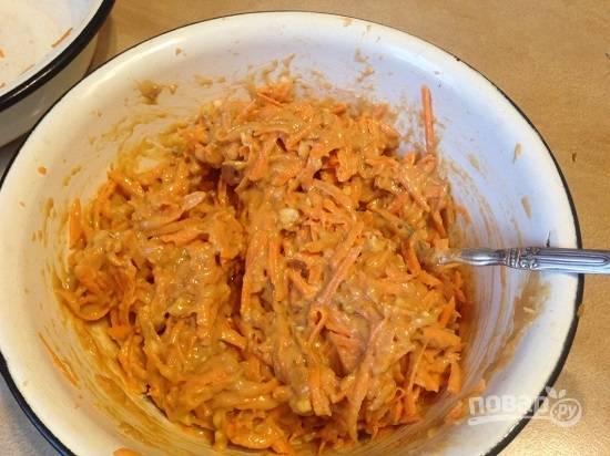Добавляем получившееся тесто к моркови с орехами и тщательно перемешаем.