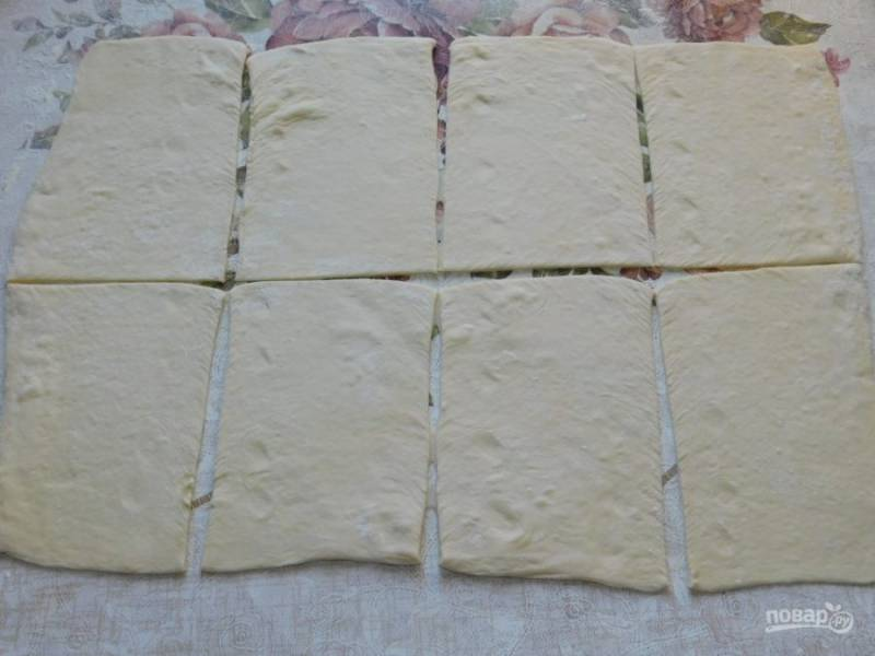 Слоеное тесто раскатайте и разрежьте на прямоугольники.