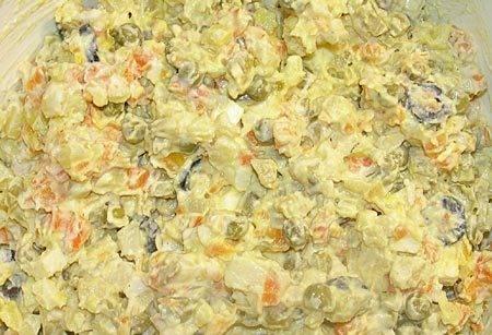 Заправляем салат майонезом, добавляем специи по вкусу. Тщательно все перемешиваем.