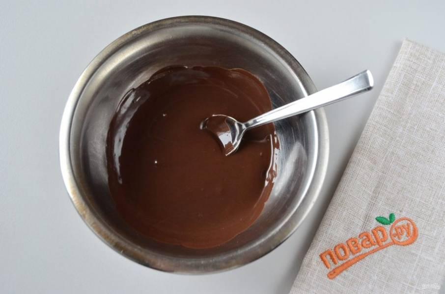 31. Шоколаду нужно немного остыть, но следите, чтобы он не загустел.