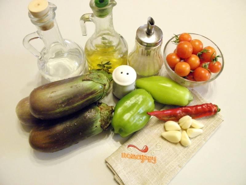 1. Подготовьте овощи для консервирования. Вымойте, очистите, у перца удалите семена. Для этого рецепта подойдут любые сорта баклажанов. Главное, чтобы овощи не были переспевшими, у них жесткие семена.