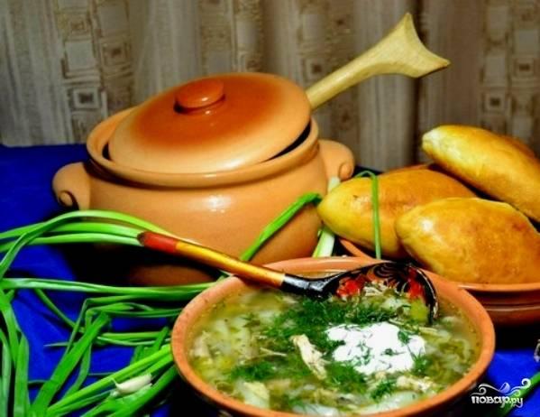 В конце добавьте нарубленную и промытую зелень. Дайте супу постоять минут 20, а затем подавайте со сметной. Приятного аппетита!