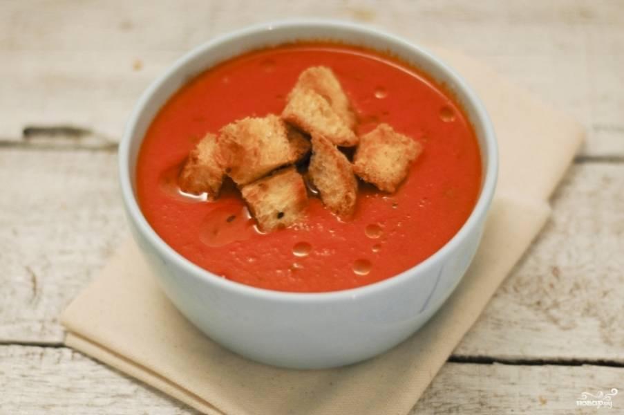 9. Подаем томатный крем-суп со сливками с гренками и (при желании) со свежей зеленью.