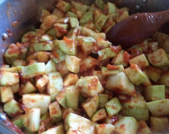 2. Дальше добавим патиссоны кубиками и томатную пасту. Чуть обжарим, затем добавим все остальные ингредиенты. Перемешаем, можно добавить немного воды. Тушим 40 минут, пока овощи не станут мягкими.
