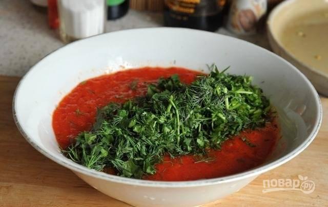 4.Перелейте содержимое в глубокую миску. Вымойте и нарежьте зелень, добавьте ее в миску.