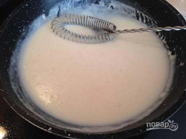 1. В первую очередь приготовим соус бешамель. На сливочном масле обжарим муку минутки 2, затем вливаем молоко и размешивая венчиком, чтобы не было комочков, поварим пару минут. Добавим мускатный орех и соль по вкусу. Охладим соус.