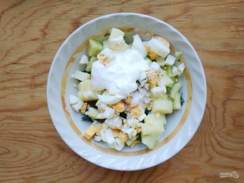 6. Все ингредиенты соедините. Добавьте йогурт, соль и перец.