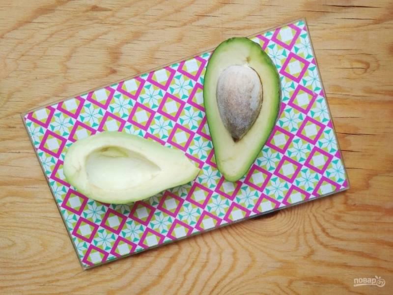 3. Авокадо также почистите и нарежьте.