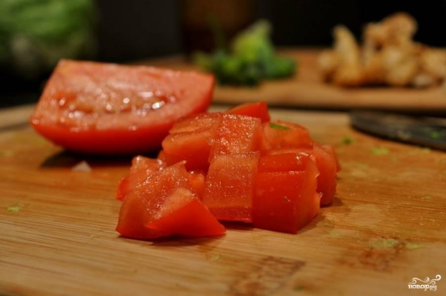 6. Промойте и нарежьте помидор. Не забудьте вырезать плодоножку.