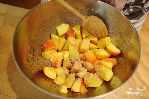 Добавляем мускатный орех и две ложки сахара в миску к персикам, которые нарезаем мелкими кубиками.