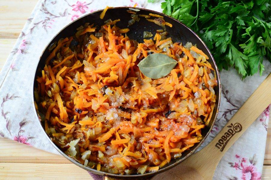 Добавьте томатную пасту, лавровый лист, соль и перец горошком.