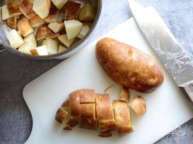 1.Промойте картофель и нарежьте его небольшими кубиками.