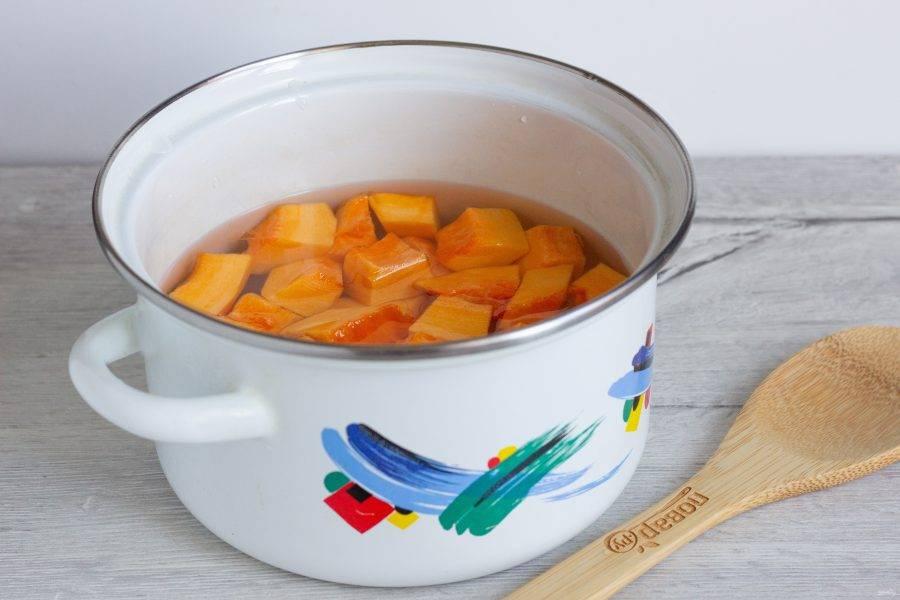 Тыкву помойте, очистите, нарежьте некрупными кубиками и сварите до состояния аль-денте в кипящей воде (6-7 минут). По желанию, воду можно посолить.