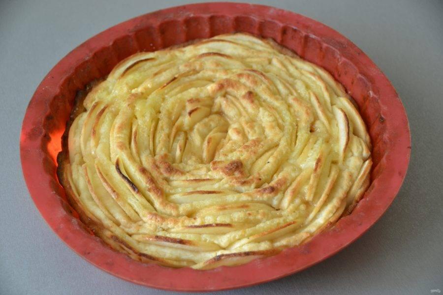 Выпекайте пирог в духовке при температуре 180-190 градусов в течение 35-40 минут.
