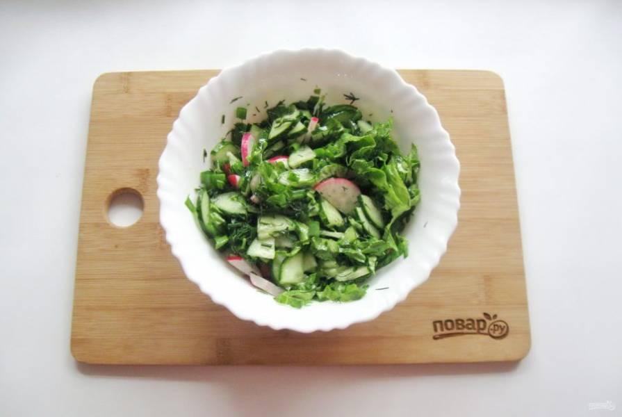 Заправьте салат уксусом и растительным маслом. Посолите и поперчите по вкусу, перемешайте.