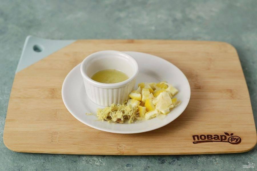 Имбирь натрите на мелкой терке. Из лимона выжмите сок, затем нарежьте мякоть кубиками.