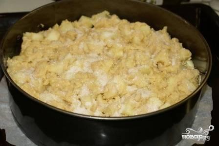 Смазываем форму для выпечки растительным маслом, выкладываем в неё ровным слоем густое яблочное тесто. Верх присыпаем сахаром.
