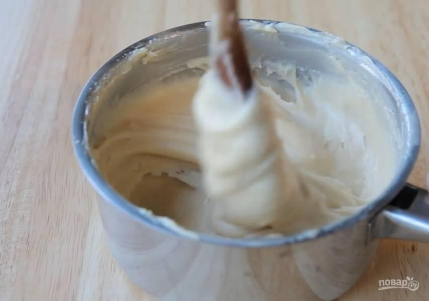 4.Оставьте тесто охладиться приблизительно на 15 минут. Далее постепенно добавьте в тесто 4 взбитых яйца и постепенно перемешивайте до получения блестящей массы.