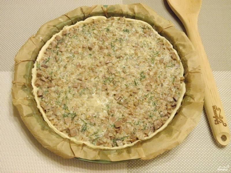 Залейте пирог заливкой. Присыпьте прованскими травами. Разогрейте до 200 градусов духовку. Отправьте туда пирог на 25-30 минут.