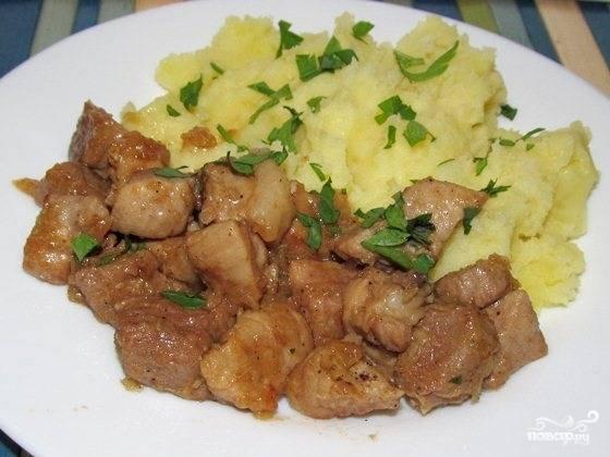 6. За время приготовления свинины можно отварить гарнир. Сегодня я решила приготовить картофельное пюре. Перед подачей можно украсить блюдо зеленью.