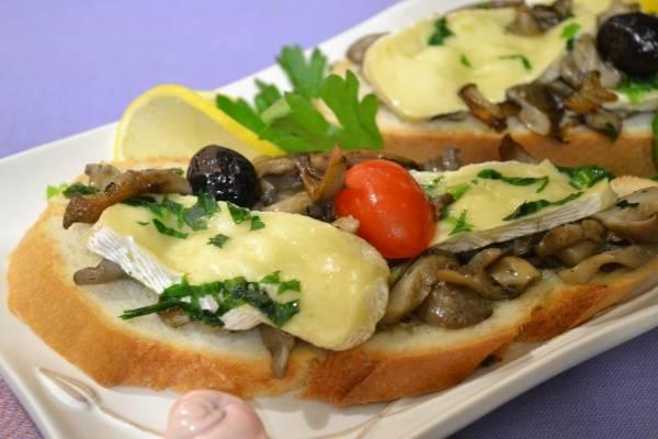 На подсушенные тосты вкладываем грибы с сыром, добавляем свежую зелень, кусочки салата, помидоры черри, маслины, лимон или что-нибудь, что есть у Вас и подаем к столу. Приятного аппетита!