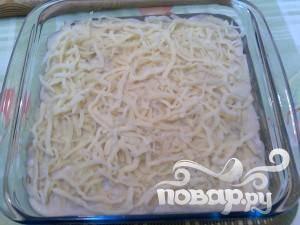 Посыпьте всё слоем тёртого сыра и выпекайте примерно 10 минут на средней температуре или пока сыр не расплавится и не приобретёт золотистый оттенок.