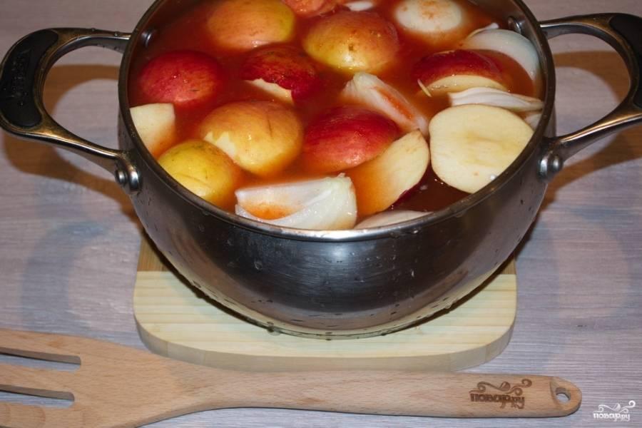 В кастрюлю влейте  3 литра сока. Добавьте яблоки и нарезанный лук.