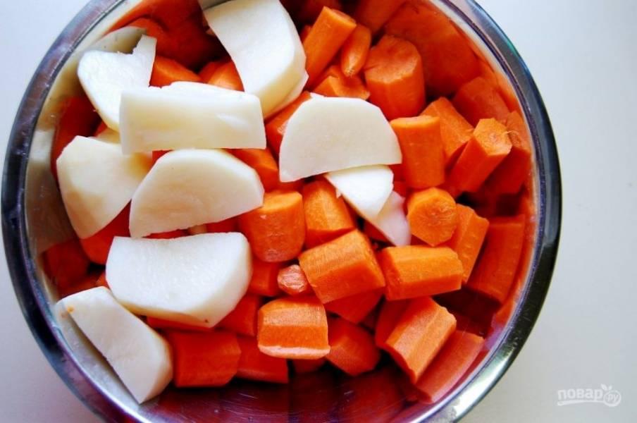 1. Почистите и крупно нарубите картофель и морковь.