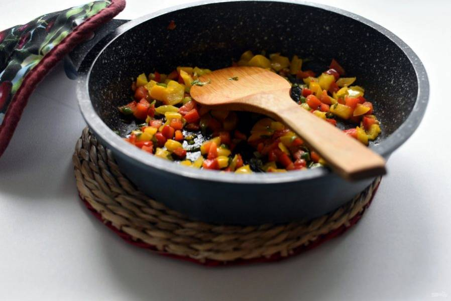 Немного потушите овощи на ложечке масла до смягчения. Остудите.