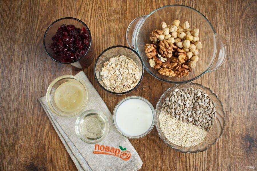 Подготовьте необходимые ингредиенты. Клюкву залейте горячей водой на 5 минут, слейте.