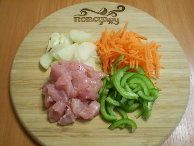 Порежьте мясо и остальные овощи (некрупно).
