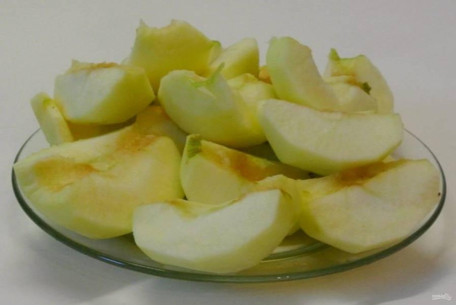 Яблоки очистить от кожуры и сердцевины и разрезать на 4 части, можно и на 8 частей.