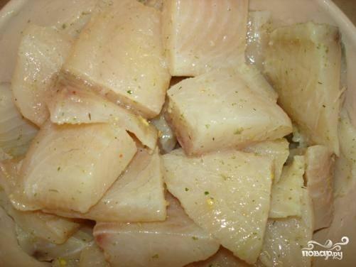 """Нарезать филе на кусочки, посолить, поперчить. Выложить в чашу мультиварки, налить пару стаканов воды, добавить лавровый лист и готовить в режиме """"Тушение"""" 20-25 минут."""