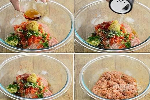 2. Добавьте нарезанные овощи к фаршу, заправьте все лимонным соком, растительным маслом и соевым соусом. Перемешайте.