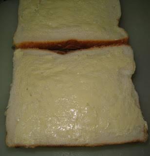 Другую часть хлеба смазать маслом.