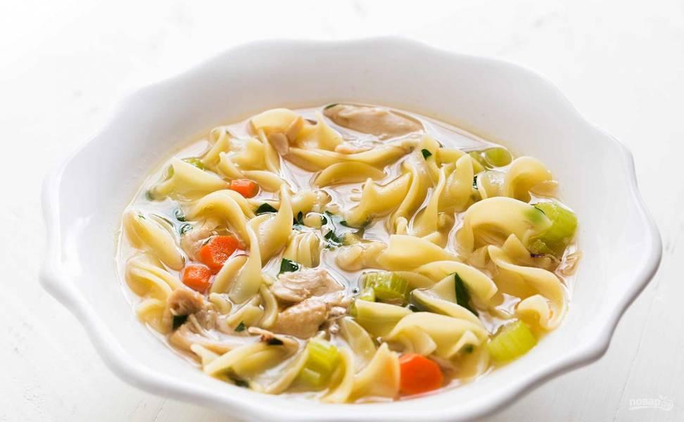 Вкусный куриный суп с лапшой