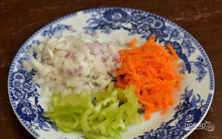 Лук и морковь очистите, вымойте вместе с зеленым перцем. Затем очистите его от семян, нарежьте лук и перец полукольцами, а морковь натрите на терке.