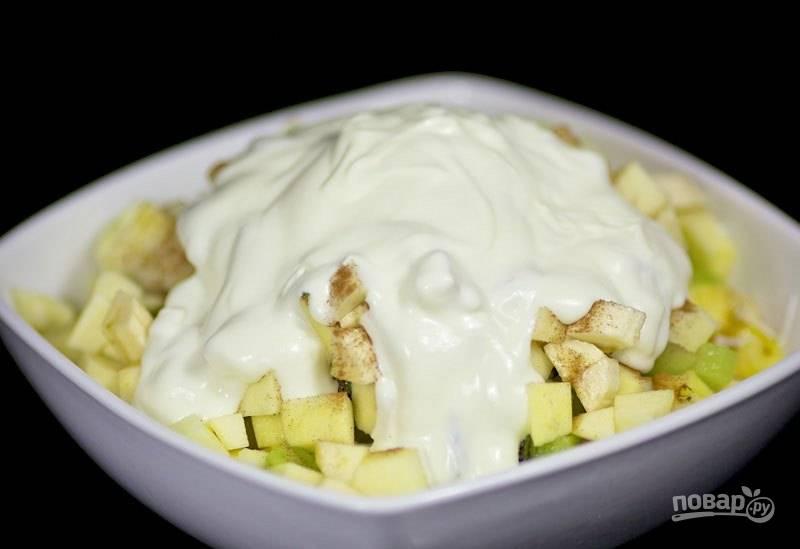 4. Залейте салат любым йогуртом (можно сметаной).