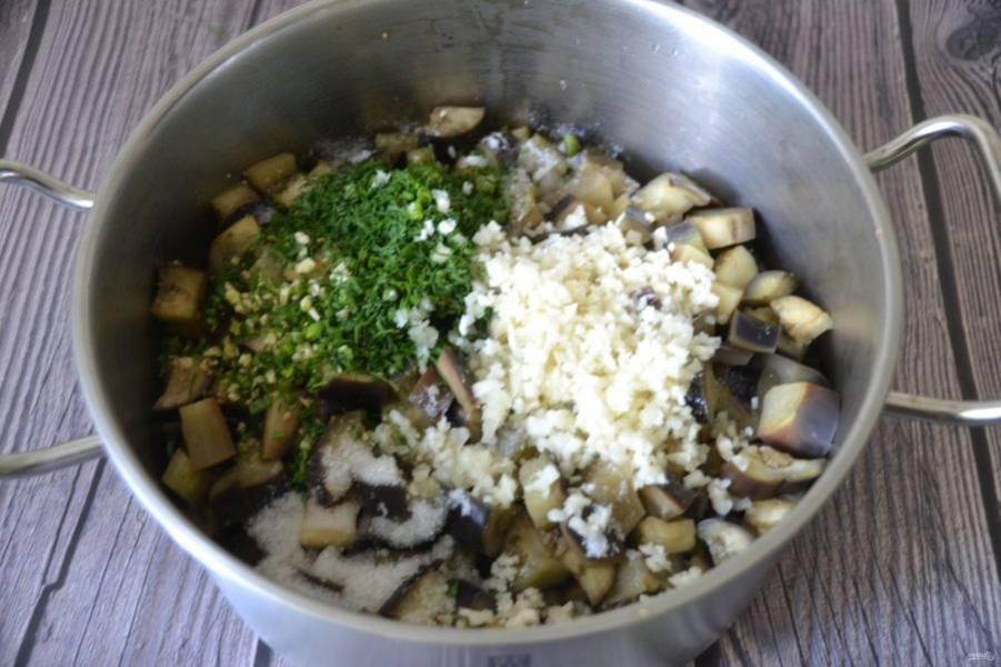 После того, как баклажаны проварятся, слейте с них воду через дуршлаг, добавьте соль, сахар, чеснок, укроп, острый перец, уксус и растительное масло.