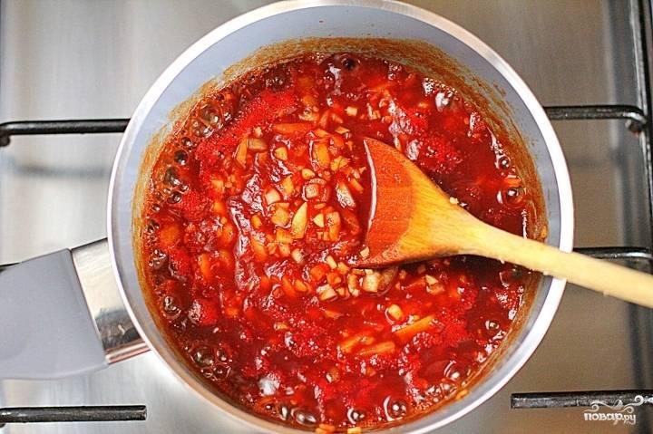 Ставим сотейник на плиту, а когда соус закипит, варим его на медленном огне, пока лук не станет мягким.
