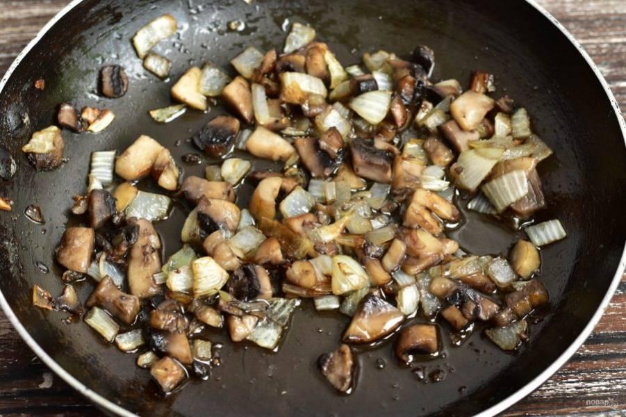 На сковороде в растительном масле обжарьте грибы и лук, которые нарежьте кубиками. Добавьте соль по вкусу.