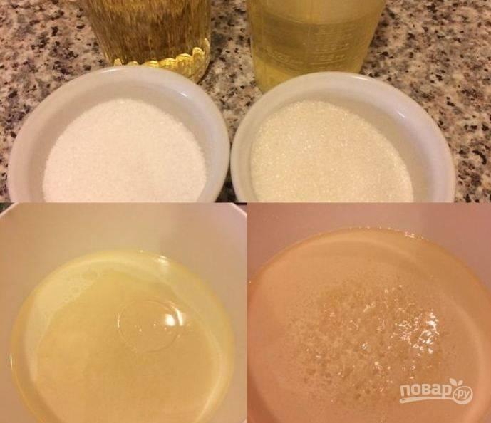 Масло, уксус, соль и сахар соедените в кастрюле и закипятите.