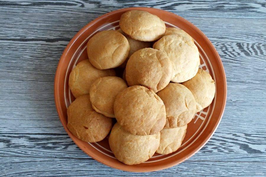 По истечении времени достаньте печенье из духовки, переложите на блюдо. Дождитесь полного остывания и подавайте к столу.