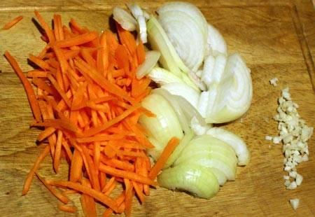 3. Пока курица маринуется, - овощи моем, чистим, и меленько нарезаем. Можно также измельчить их в блендере.