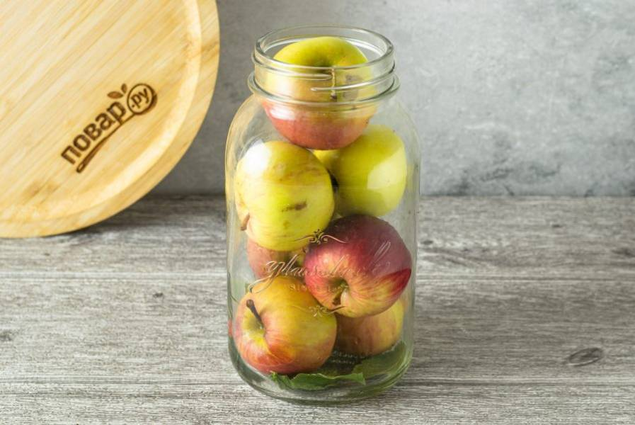 Яблоки плотно выложите в банку.