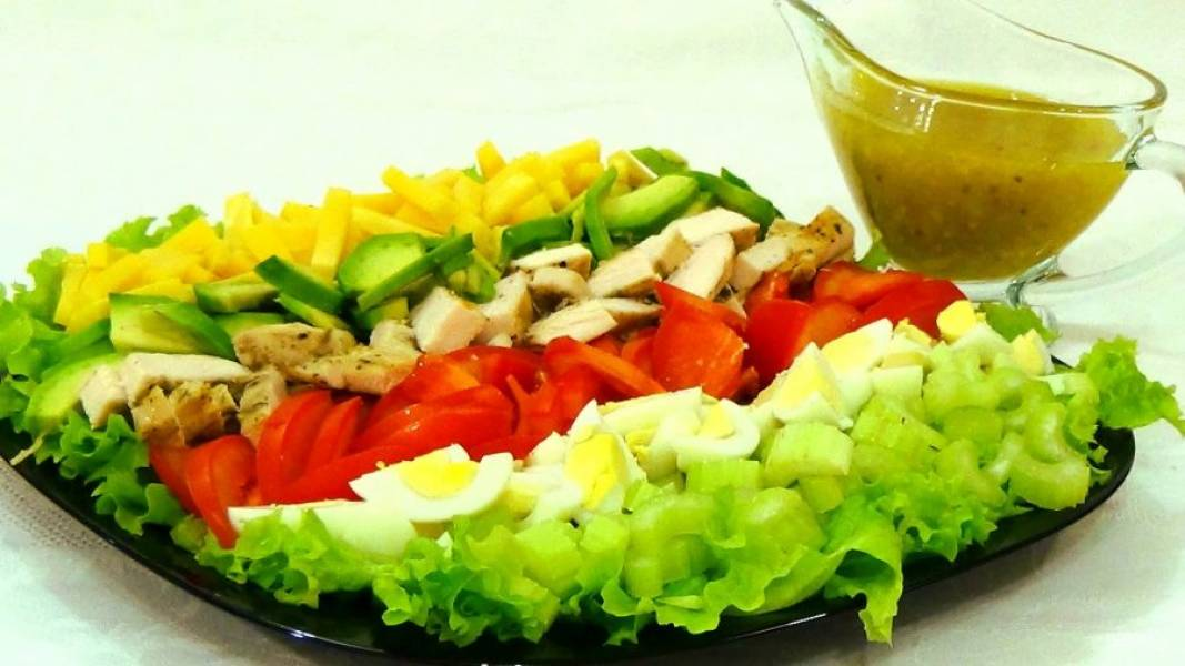 4. Подавайте салат на блюде, не перемешивая и не заправляя его, чтобы каждый гость смог взять те ингредиенты, которые ему по душе. Приятного аппетита!