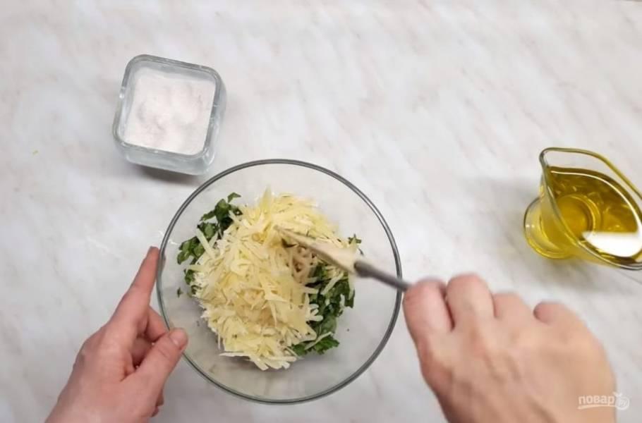 2. Зелень — базилик и петрушку — мелко нарежьте и добавьте к чесноку и соли. Кедровые орехи, прогретые на сухой сковороде в течение трех минут, добавьте к зелени.